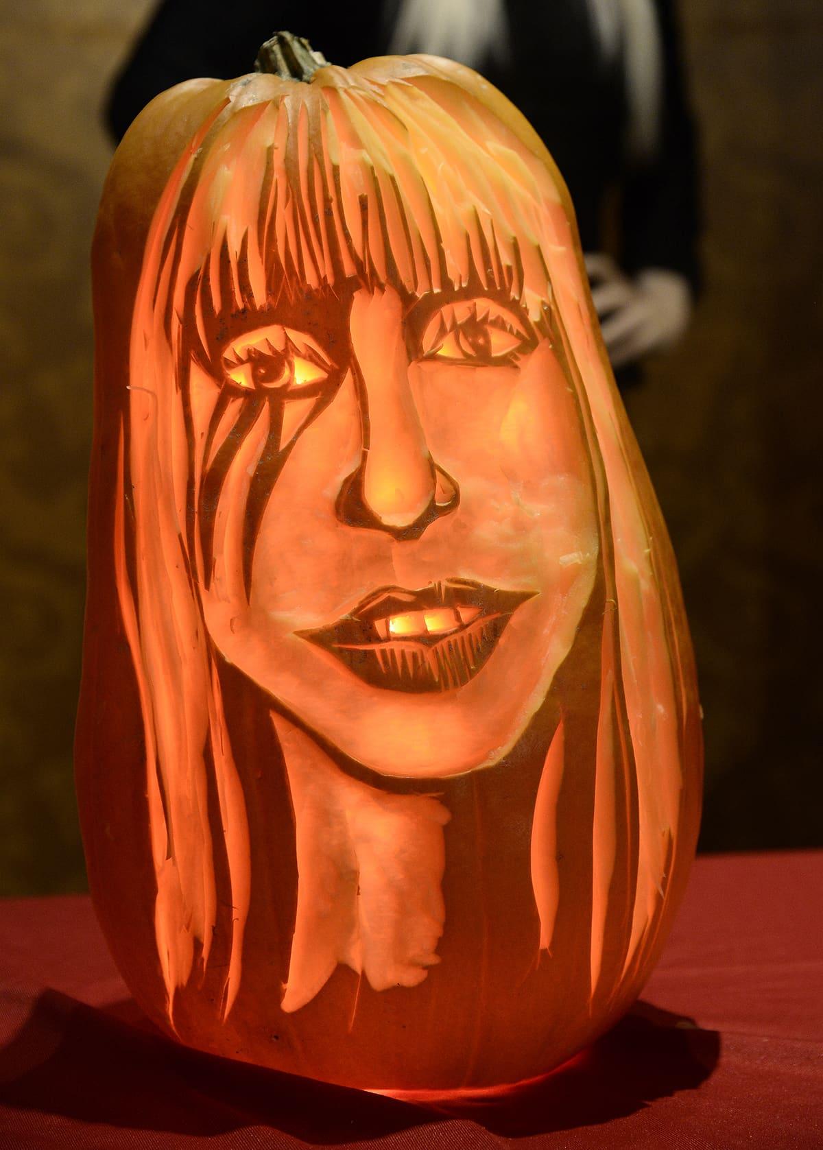 Kurpitsa johon on kaiverrettu Lady Gagan kuva.