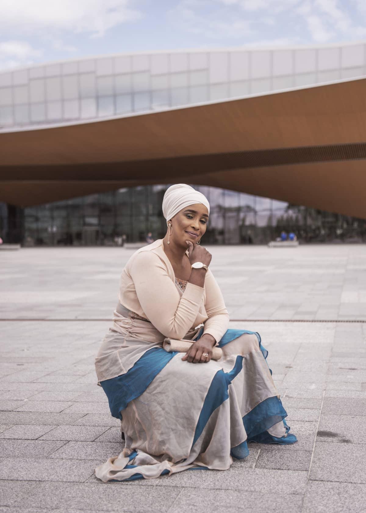 Vuoden pakolaisnaiseksi 2020 valittu helsinkiläinen perhetyöntekijä Farhia Abdi.