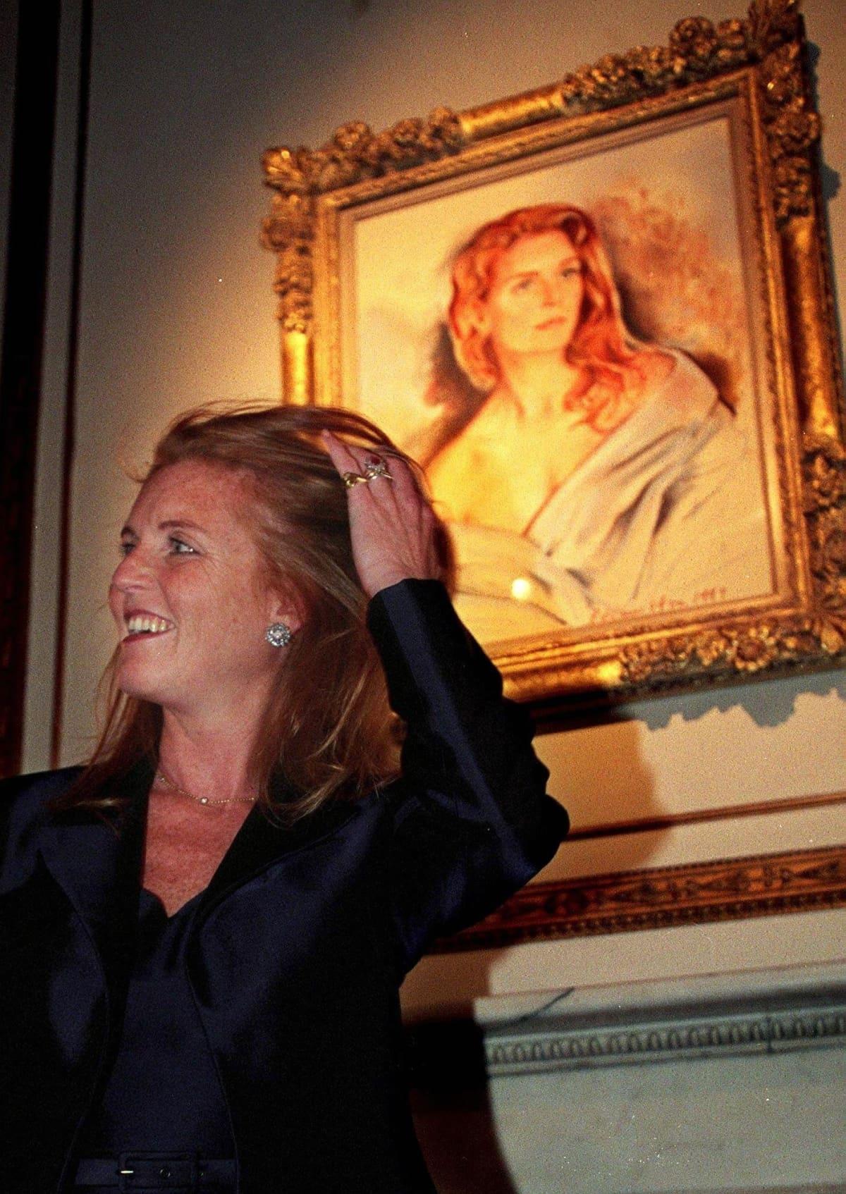 Sarah Ferguson poseeraa muotokuvansa edessä.