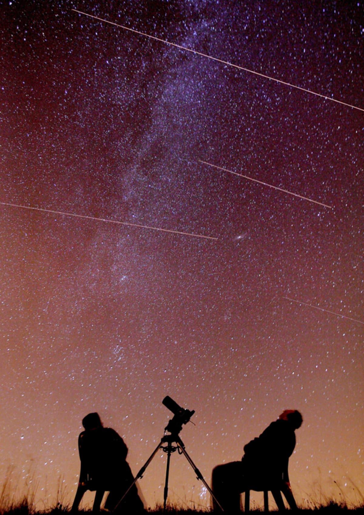 Astronomit Mark ja Denise Gibbons seuraavat tähdenlentoja Englannissa.