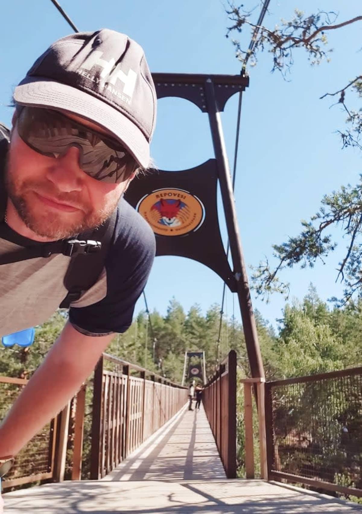 Mies katsoo kameraan Repoveden sillan luona.