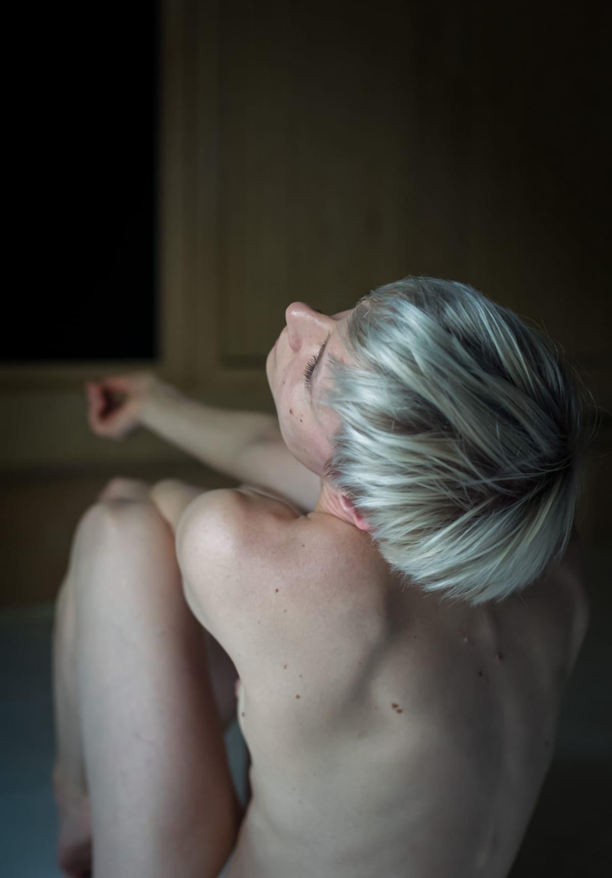 Puolison sairastuminen syöpään johti tanssiteokseen Syöpäsi minussa. Ismo-Pekka Heikinheimon koreogafian tanssii Tanja Illukka.