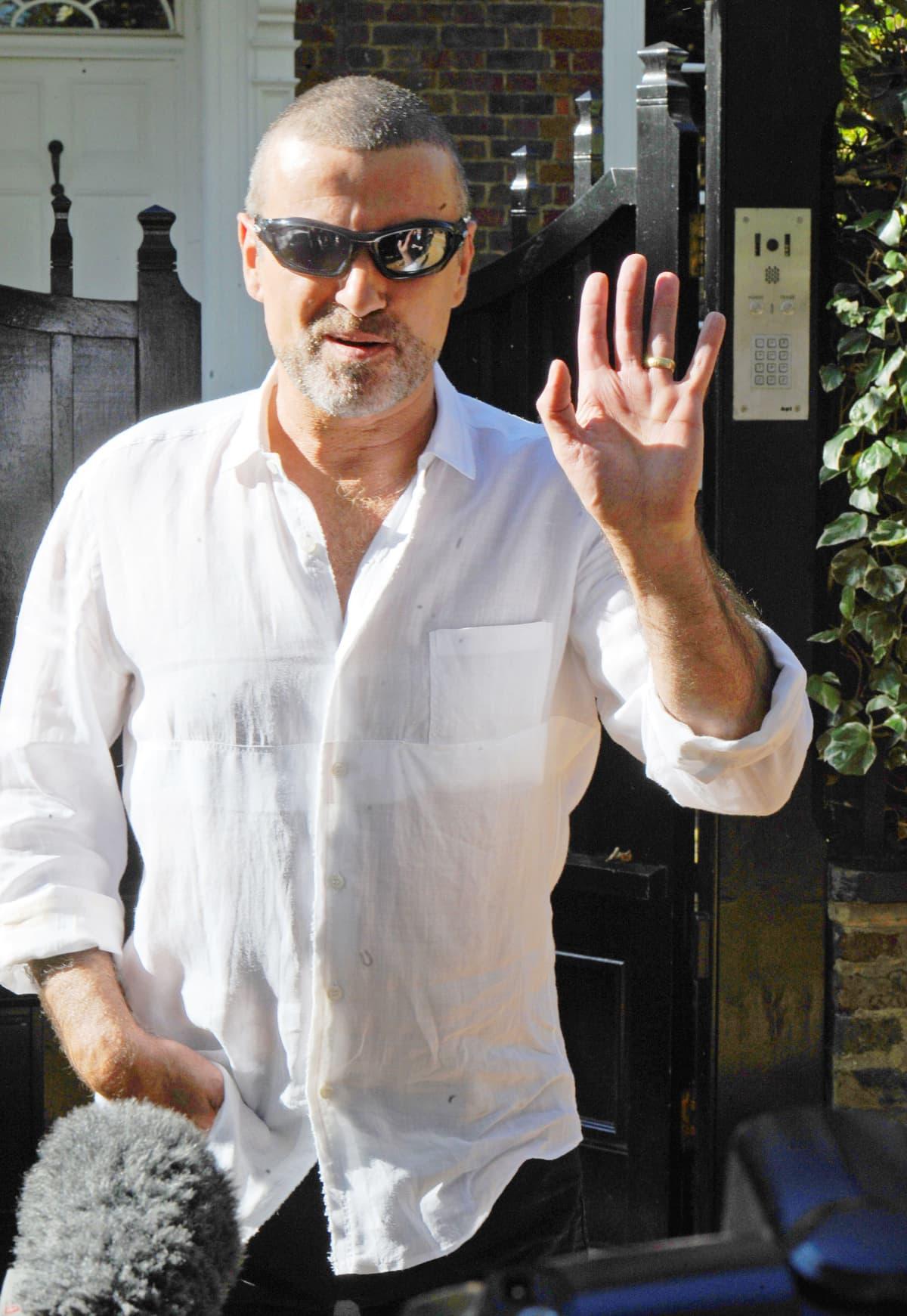 George Michael tervehtii kuvaajia.