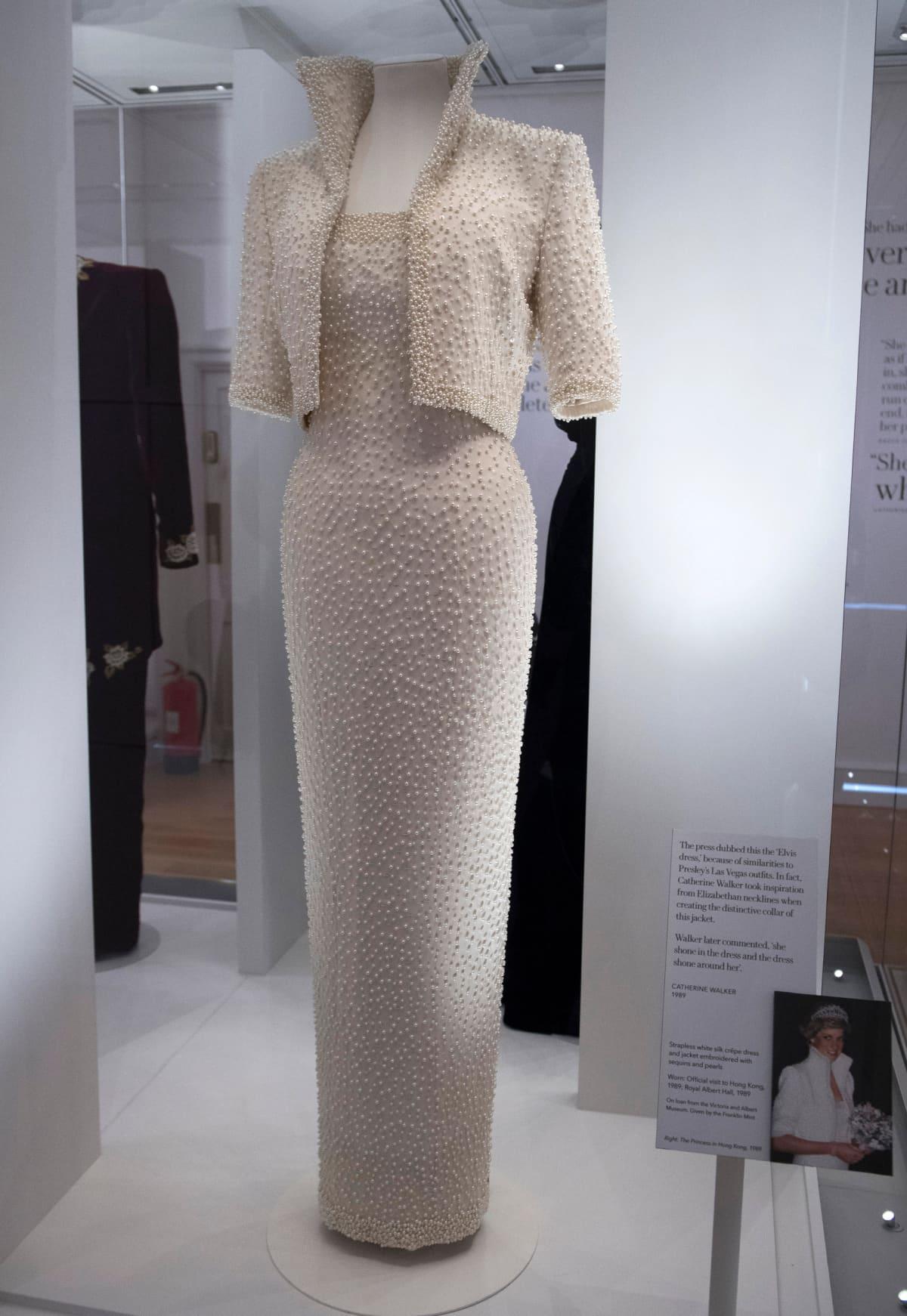 Valkoinen korkeakauluksinen puku