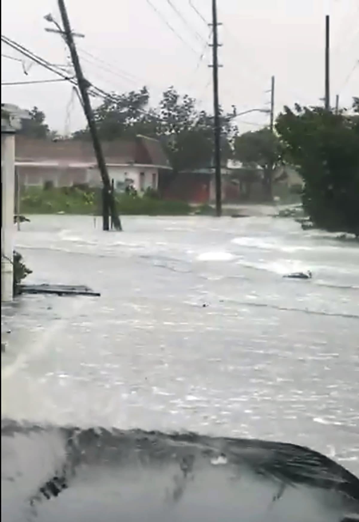 Bahamasaarten kalastusjärjestön julkaisema kuva tulvavedestä kadulla 2. syyskuuta.