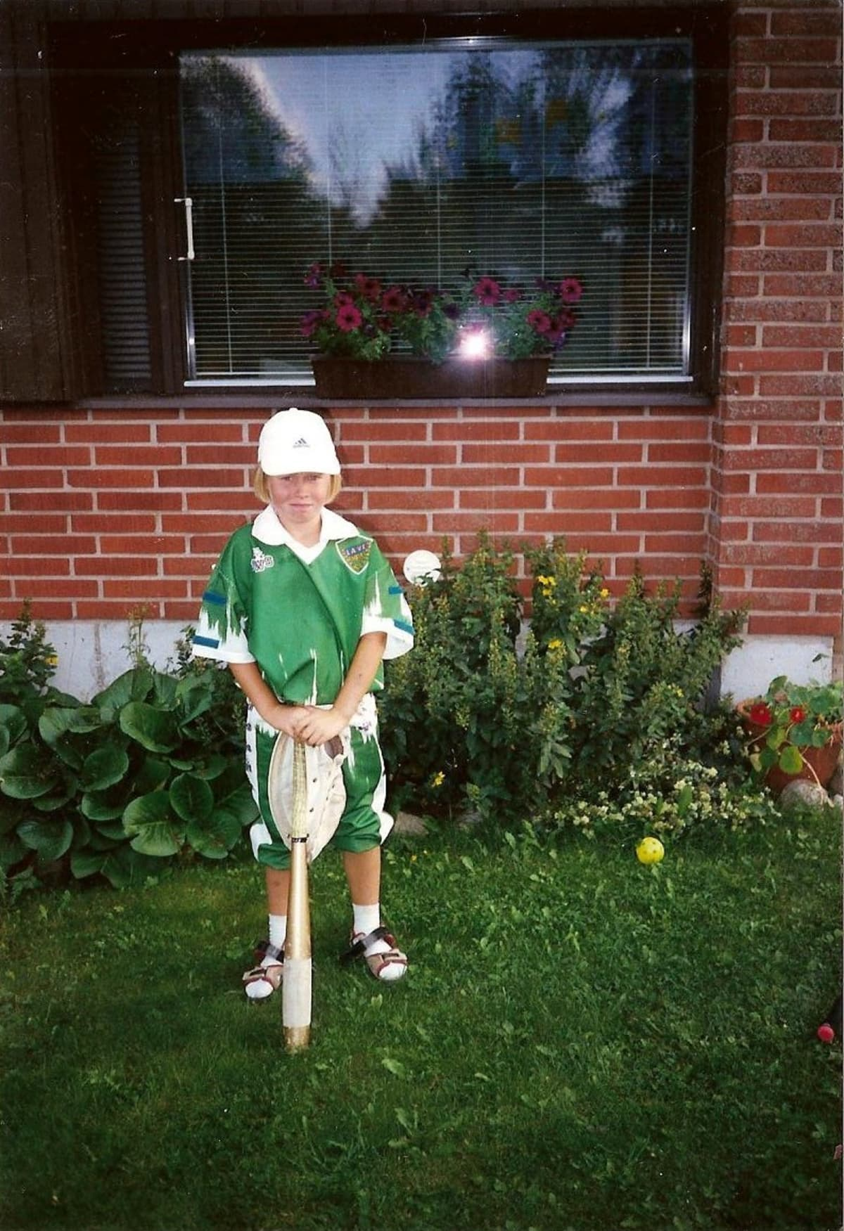 Petra pelasi pesäpalloa serkkutytön kanssa samassa joukkueessa.