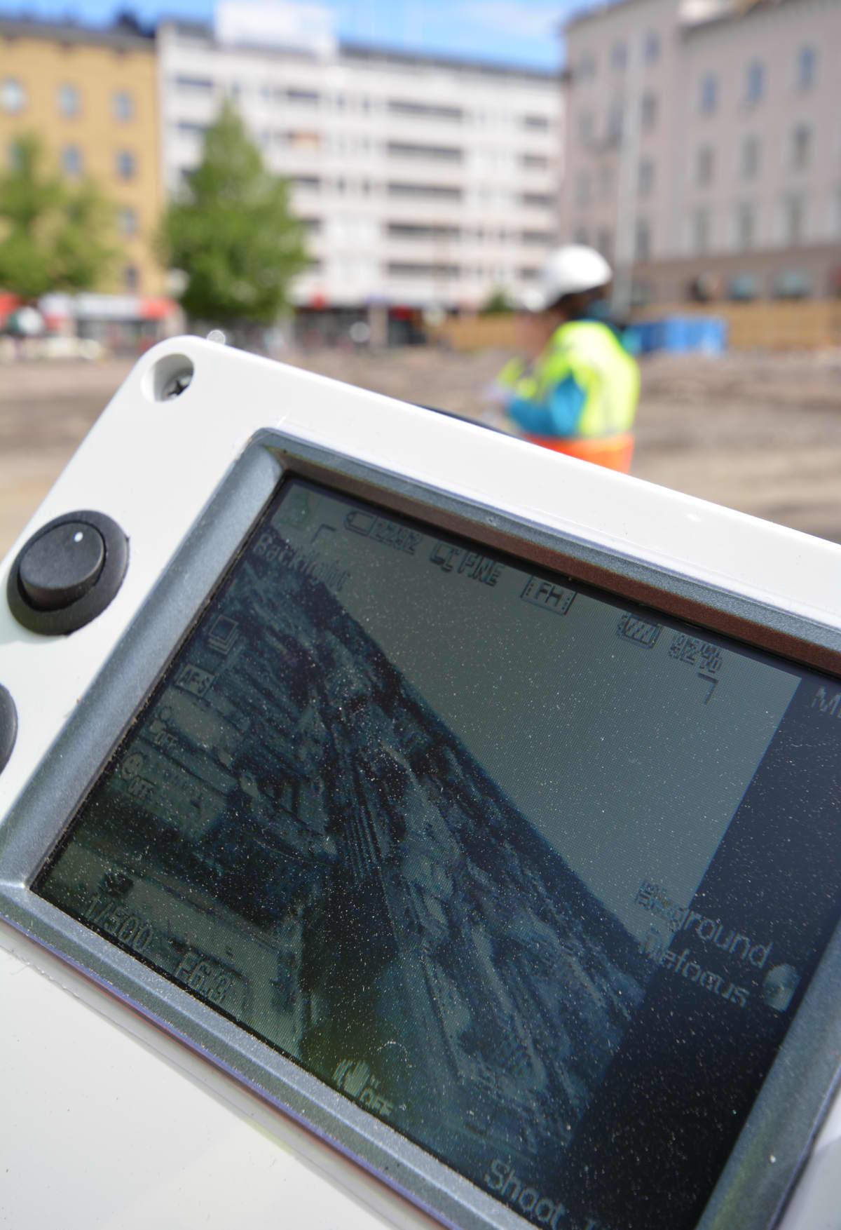 Ilmakuvaajat seuraavat monitorista kuvaa, mitä helikopteriin kiinnitetty kamera ottaa.