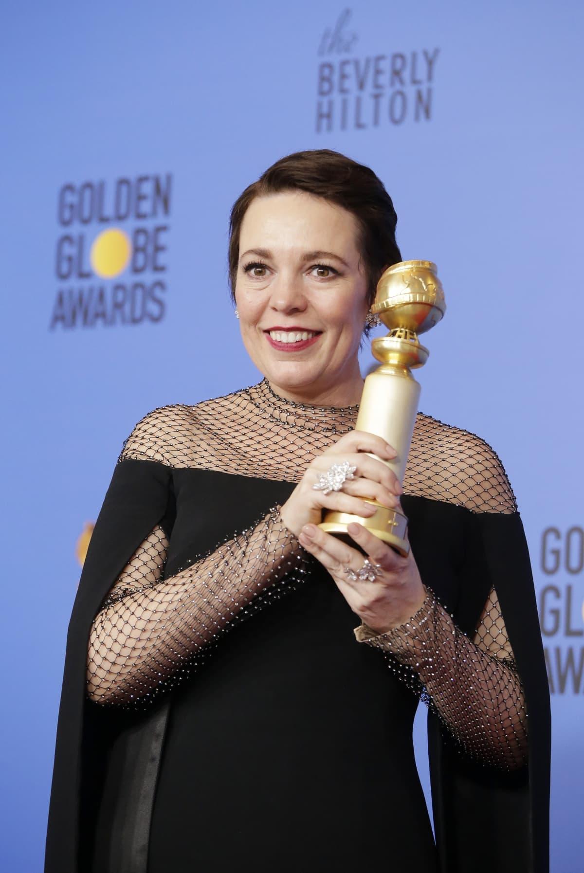 Olivia Colman poseeraa The Favorite elokuvastaan saamansa parhaan naispääosan palkintonsa kanssa.