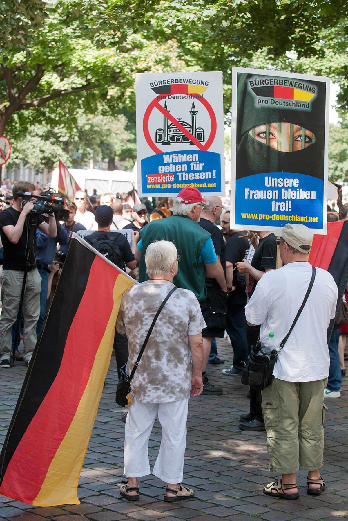 Pro Deutschland -ryhmän jäsenet osoittavat mieltään berliiniläisen moskeijan edessä.