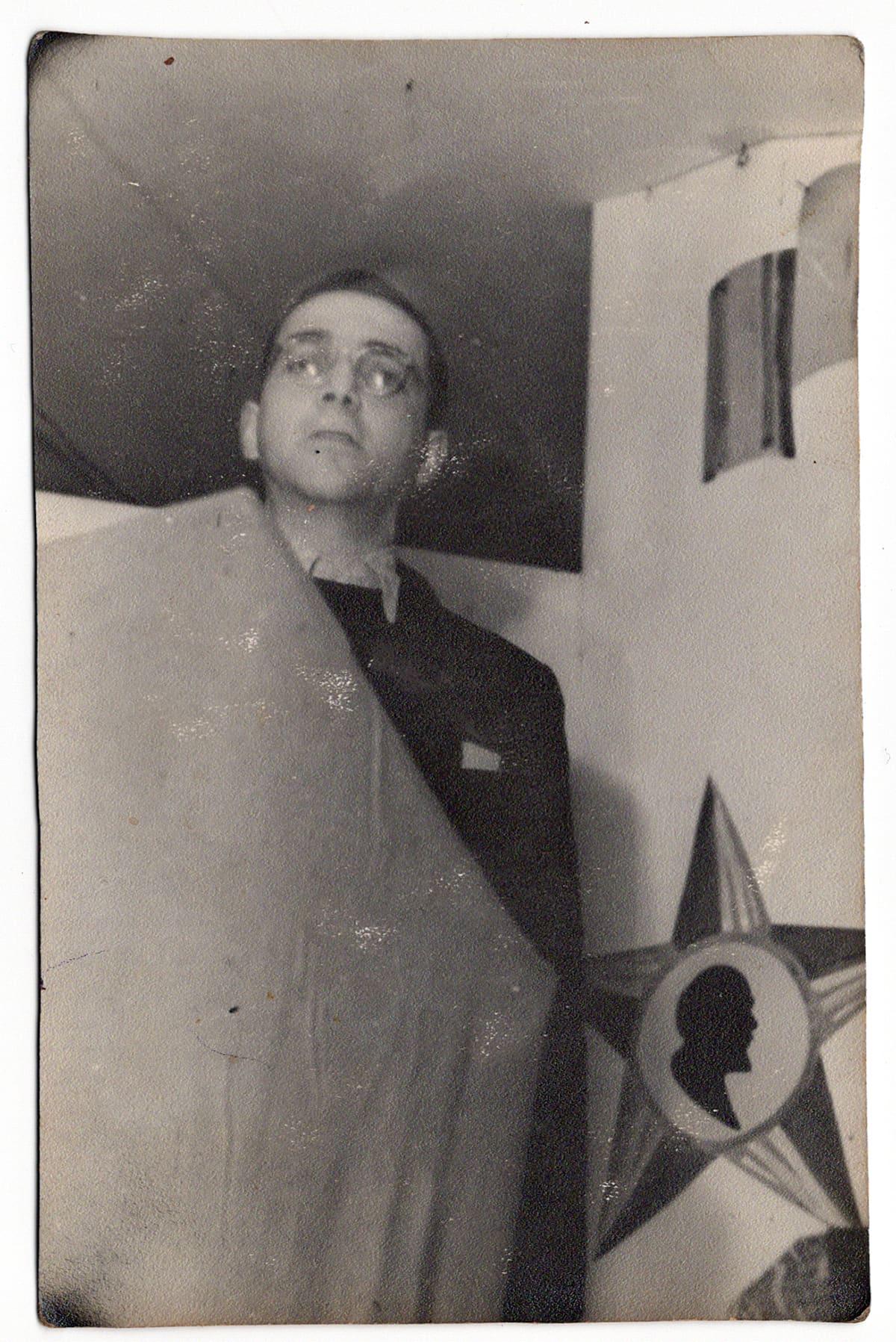Eddy de Wind pitää puhetta neuvostojoukoille Auschwitzin vapauttamisen jälkeen.
