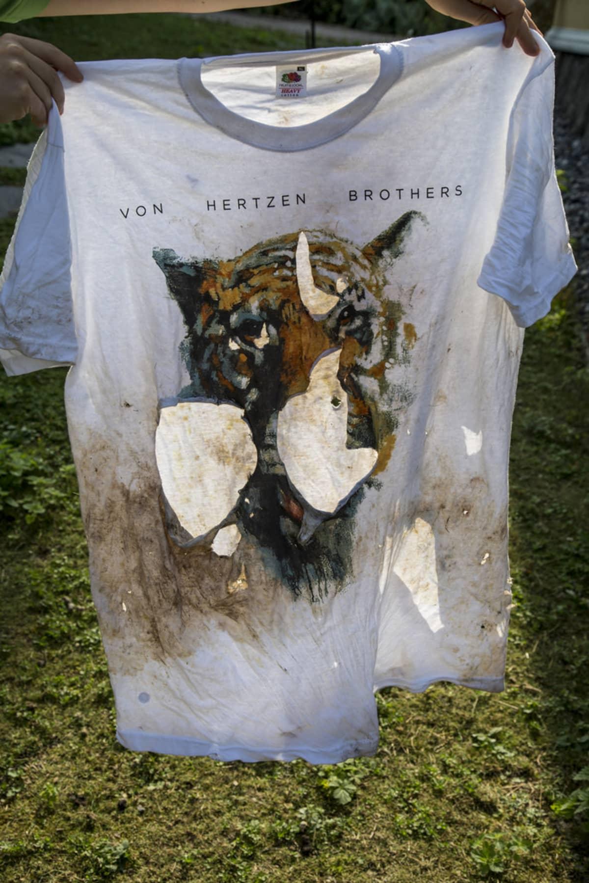 Korkeasaaren Tamur-tiikerin raatelema paita.