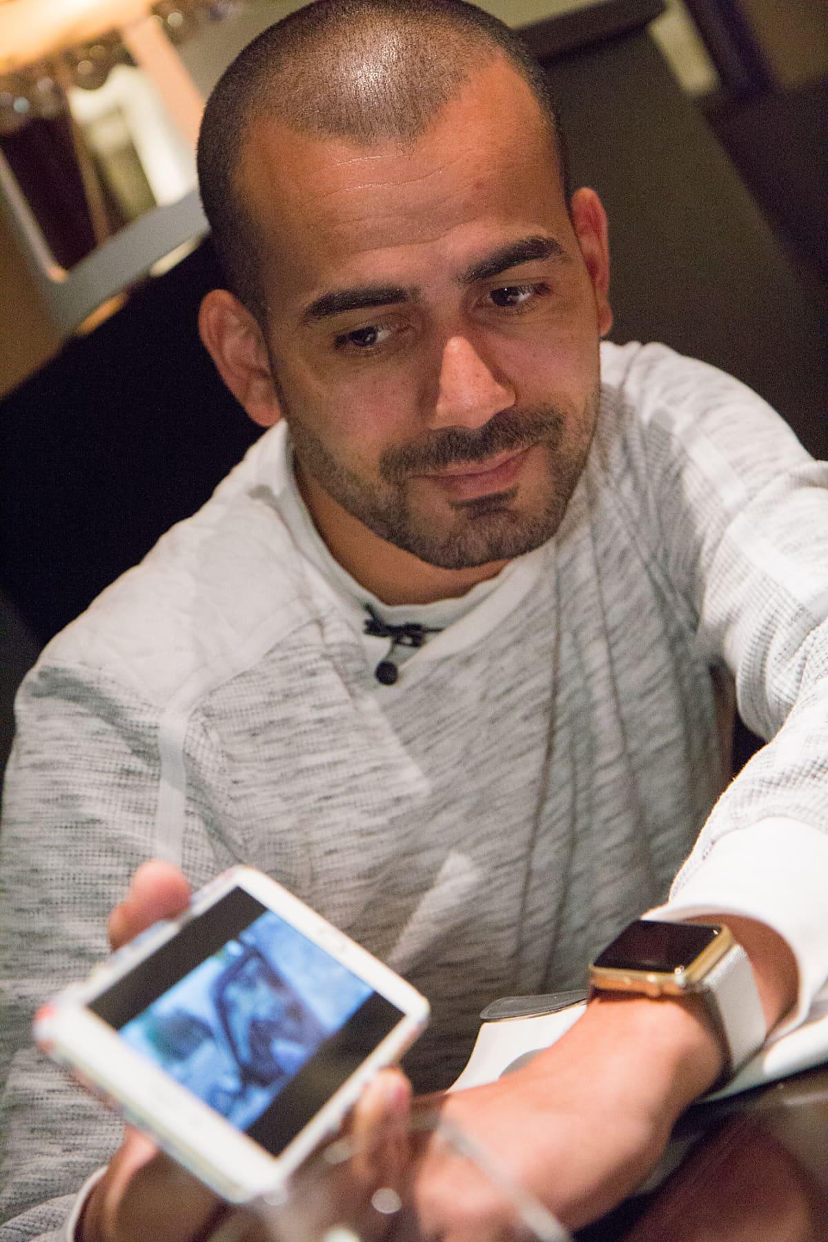Prinssi Rami näyttää videota kännykästä