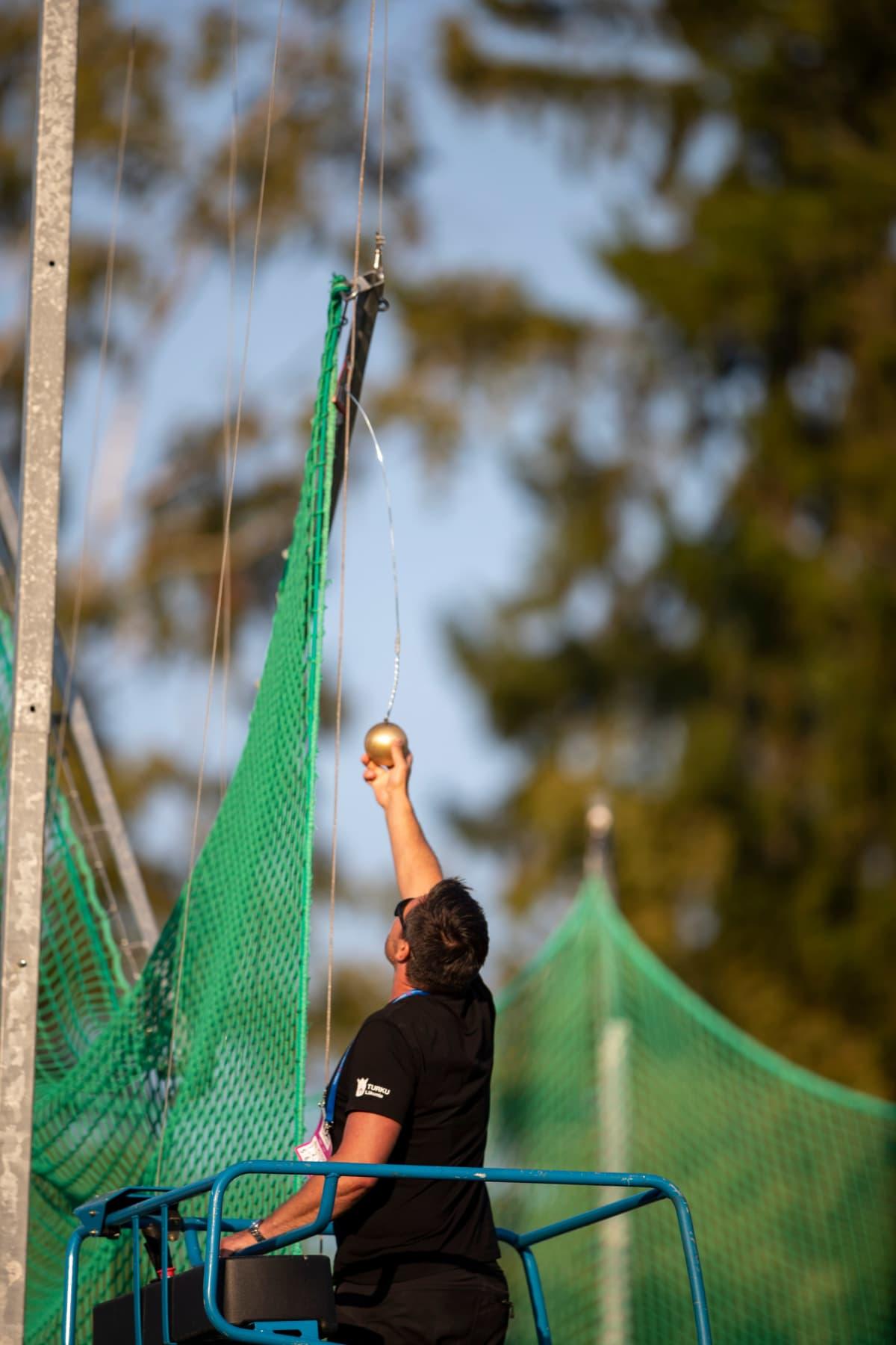 Kaisu Eskelinen heittää verkkoon, johon moukari jää kiinni. Joudutaan kutsumaan nosturi paikalle ja aikaa tuhraantuu vartin verran. Yleisurheilun Kalevan Kisat 2020