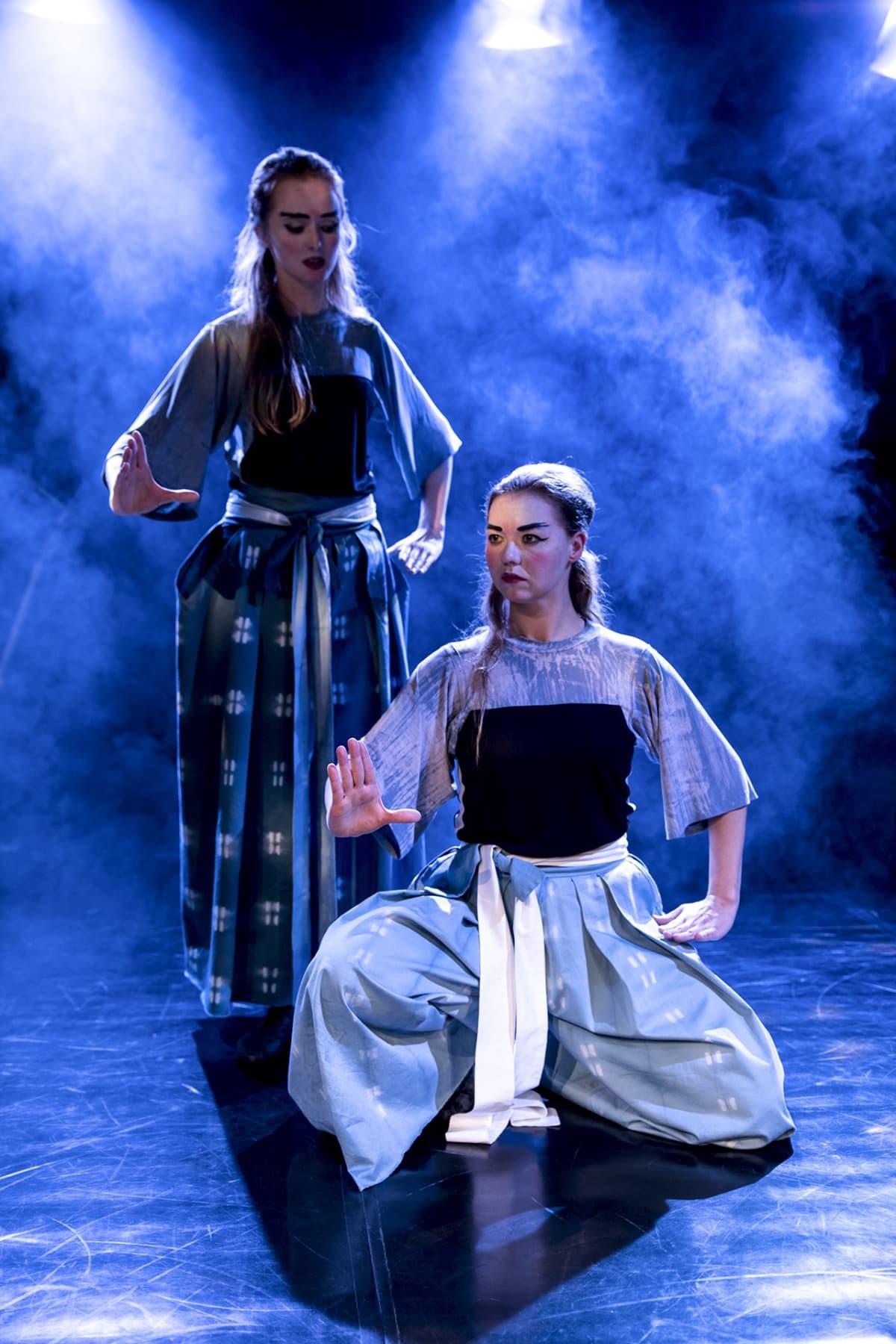 Nora Sandholm-Azémar, Freia Stenbäck, Wusheng Company, kiinalainen teatteri