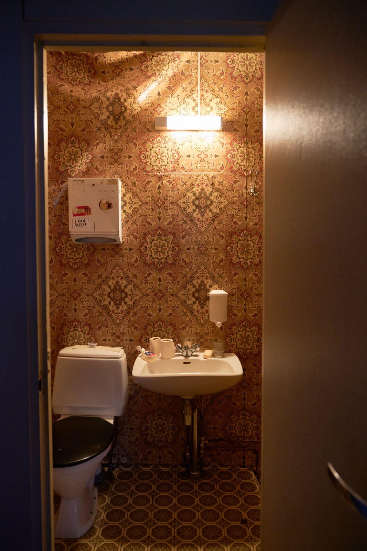 Baccaran esiintymisen ehtona vuonna 1978 oli se, että suosikkiduolle rakennettiin oma vessa.
