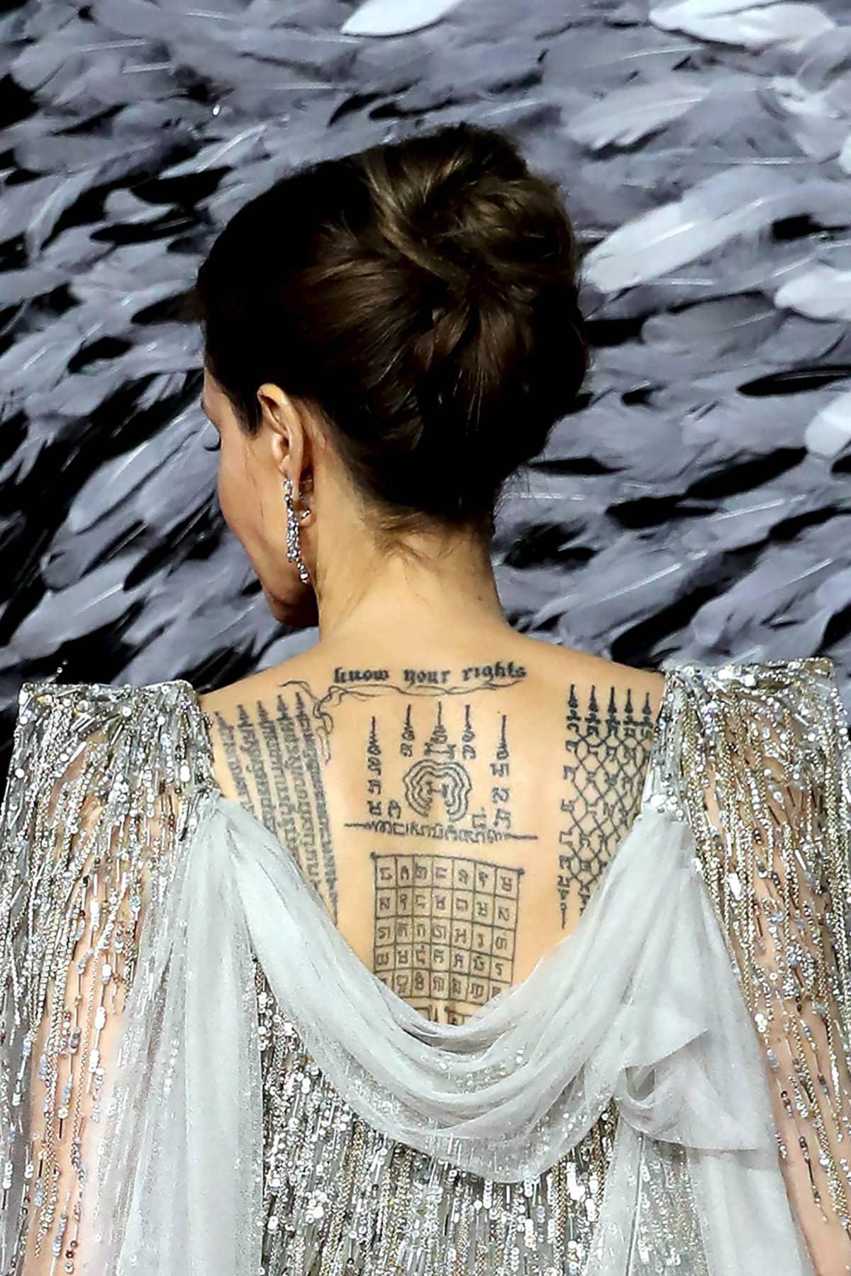 Kuvassa näkyvät Angelina Jolien mystiset tatuoinnit hänen selässään.
