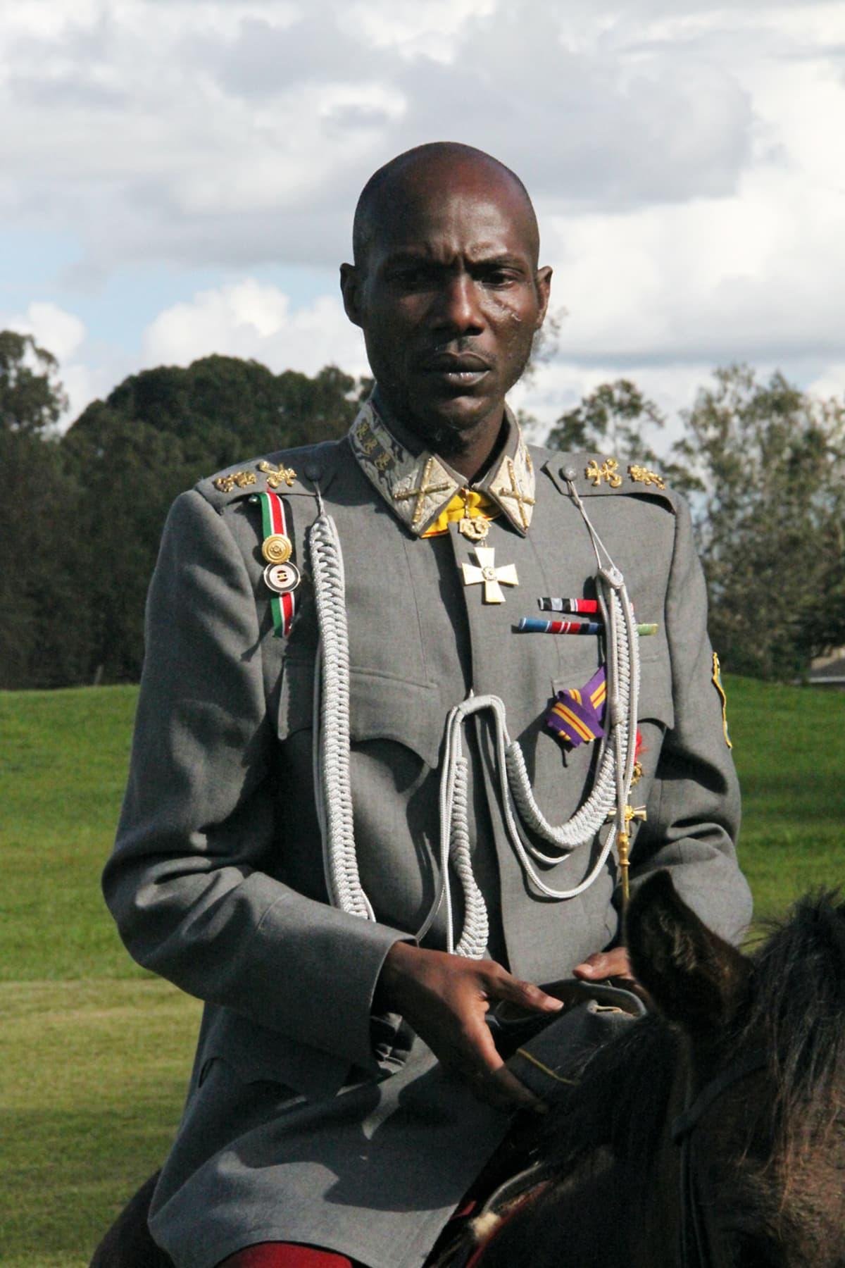 Telley Savalas Otieno esittää Gustaf Mannerheimia.