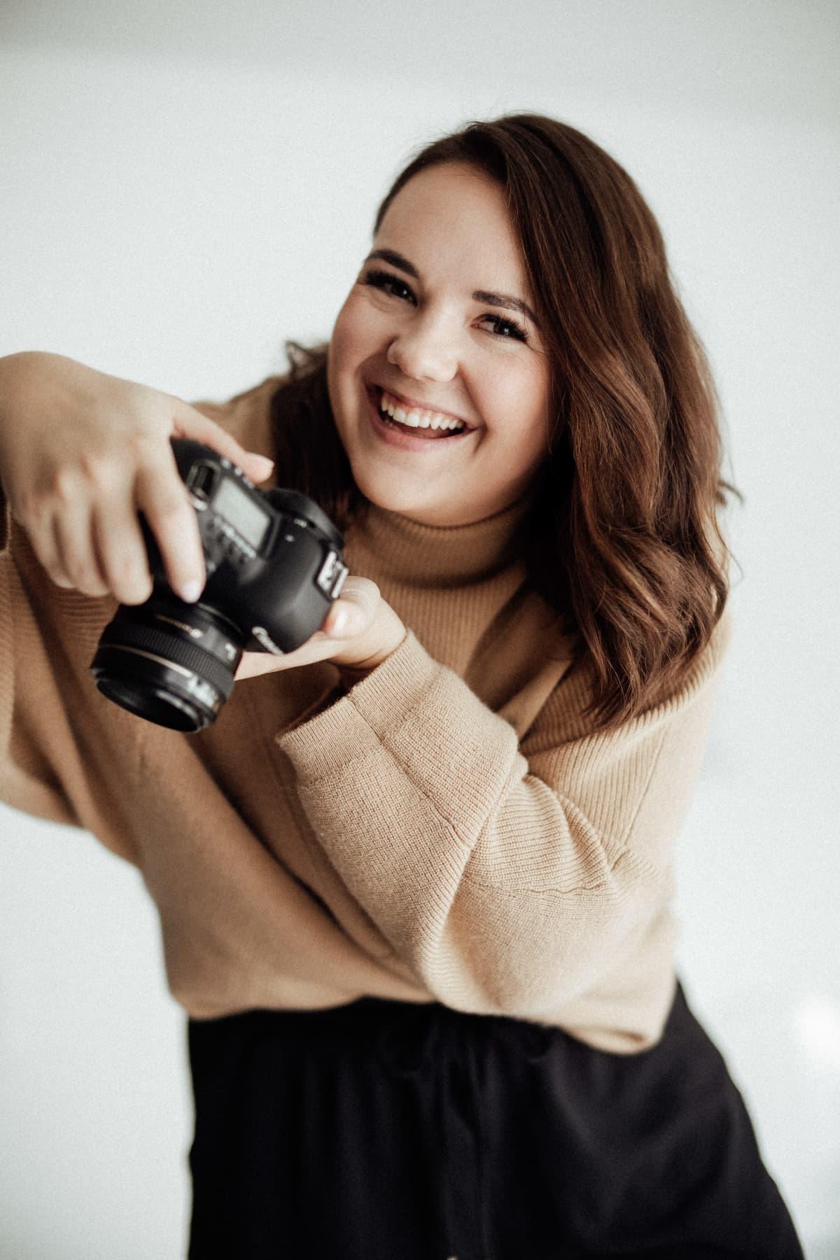 Kuvassa on valokuvaaja Pauliina Tähkäpää.