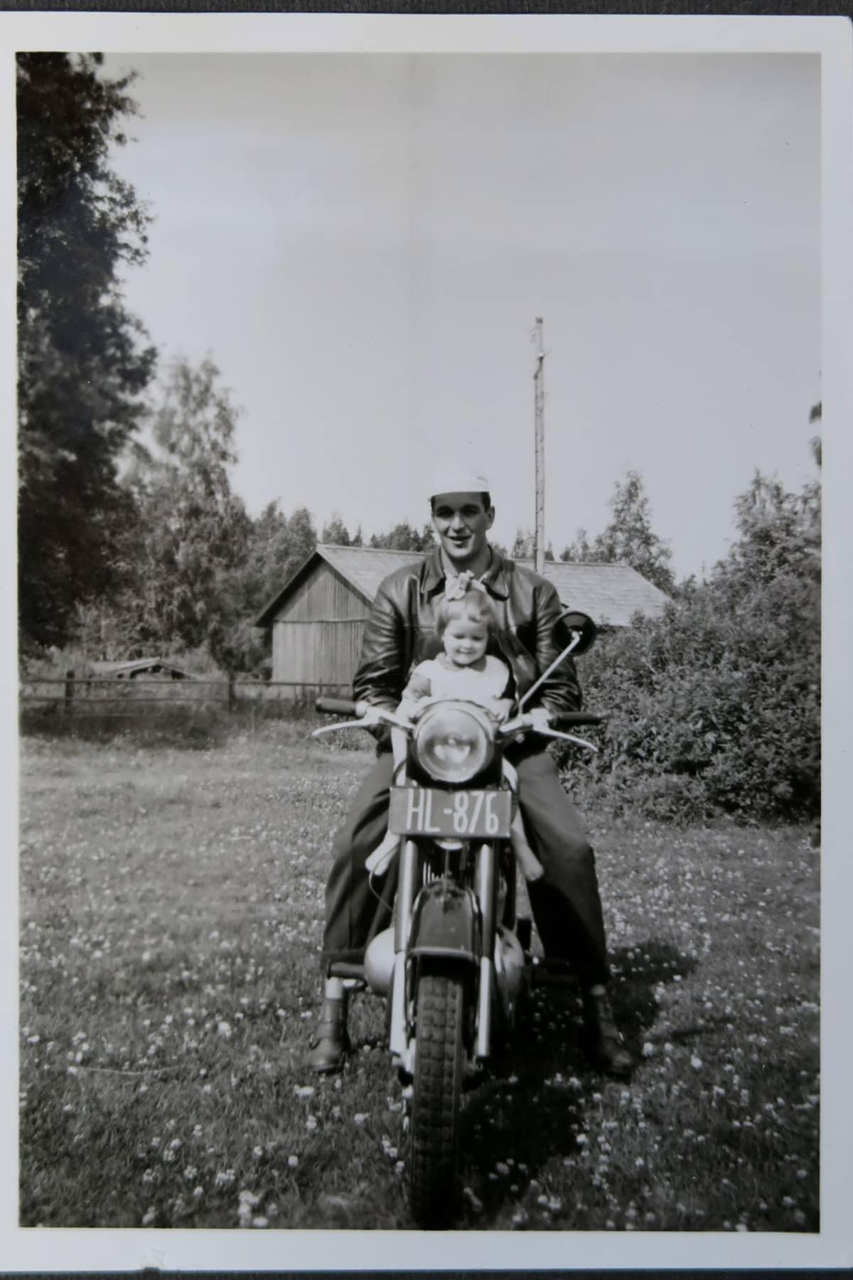 Tuija Seppänen ja isänsä vanhassa valokuvassa