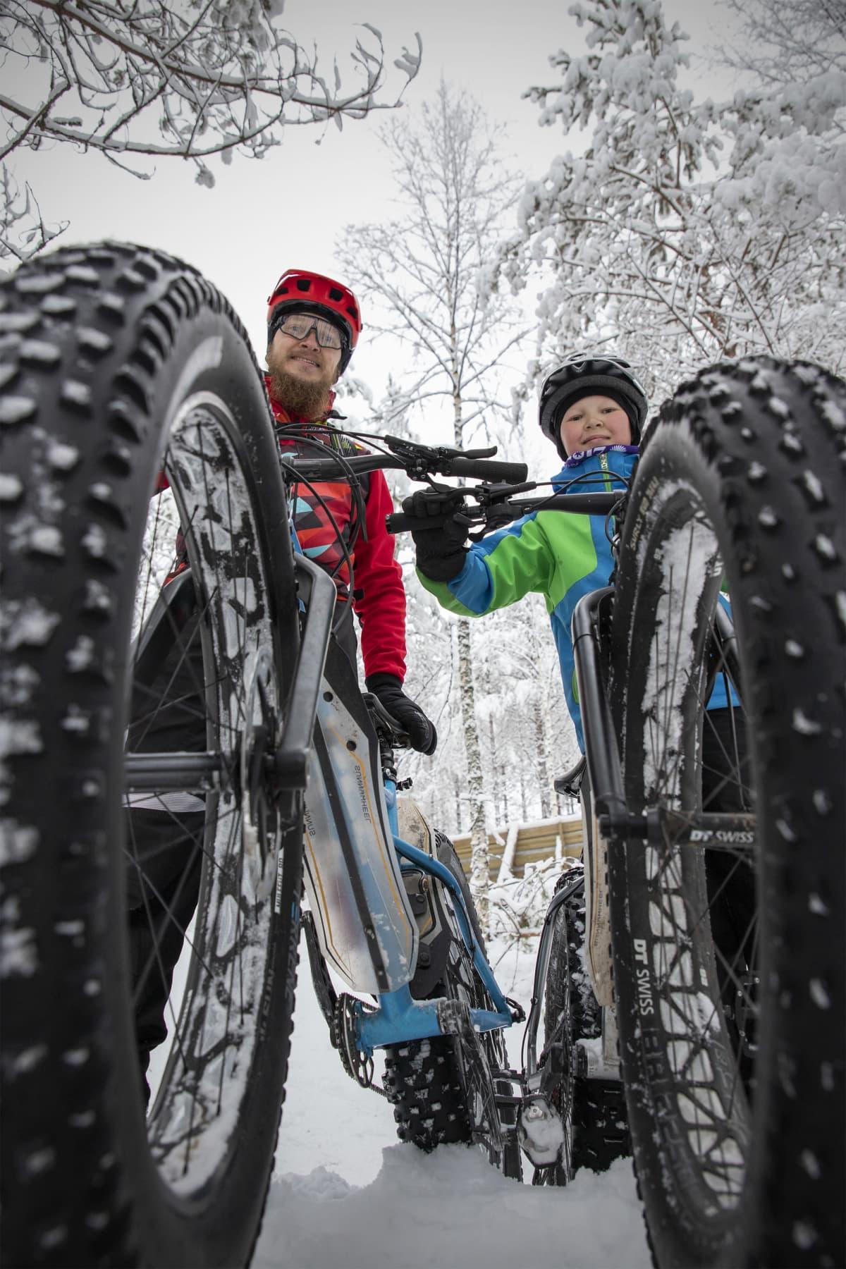 Sami ja Paavo Korhonen fatbike-pyöriensä kanssa.