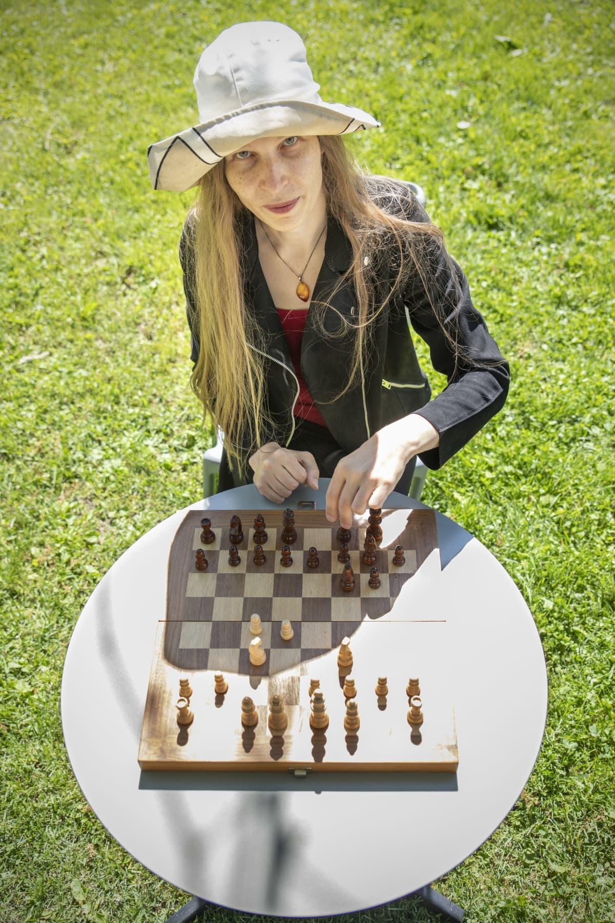 Alia Dannenberg shakkilaudan äärellä.