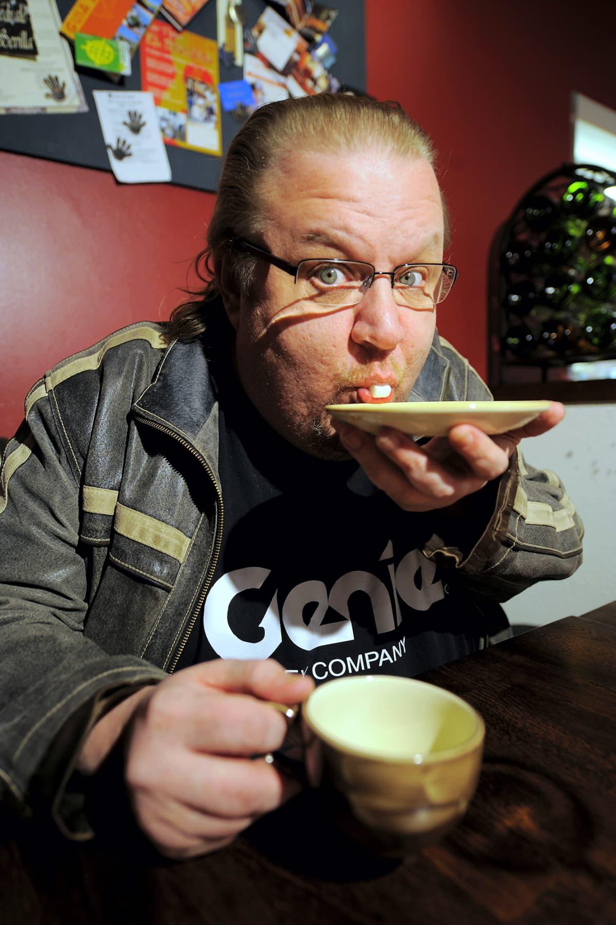 Kuvassa Jope Ruonansuu juo kahvia.