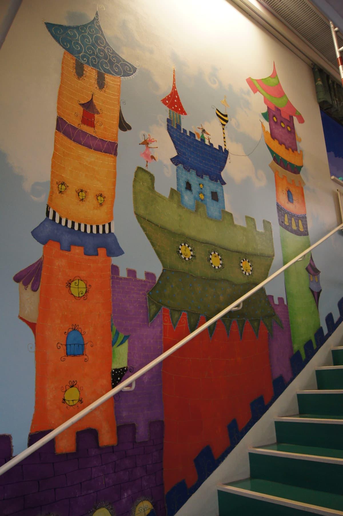 Maalaus satulinnasta lastensairaalan seinässä