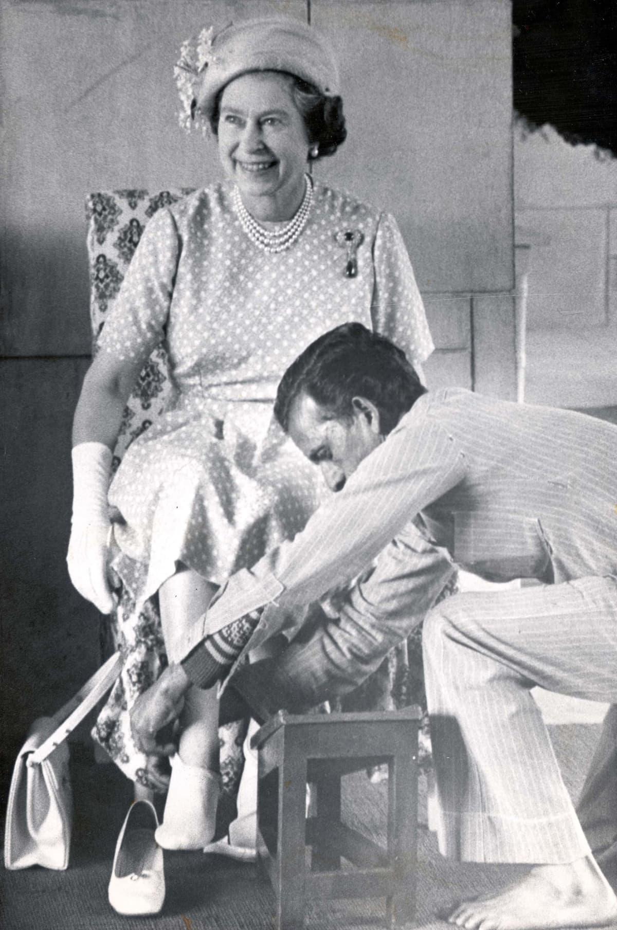 Elisabetille puettiin erikoissukat Delhissä Mahatma Gandhin muistomerkillä vierailua varten.