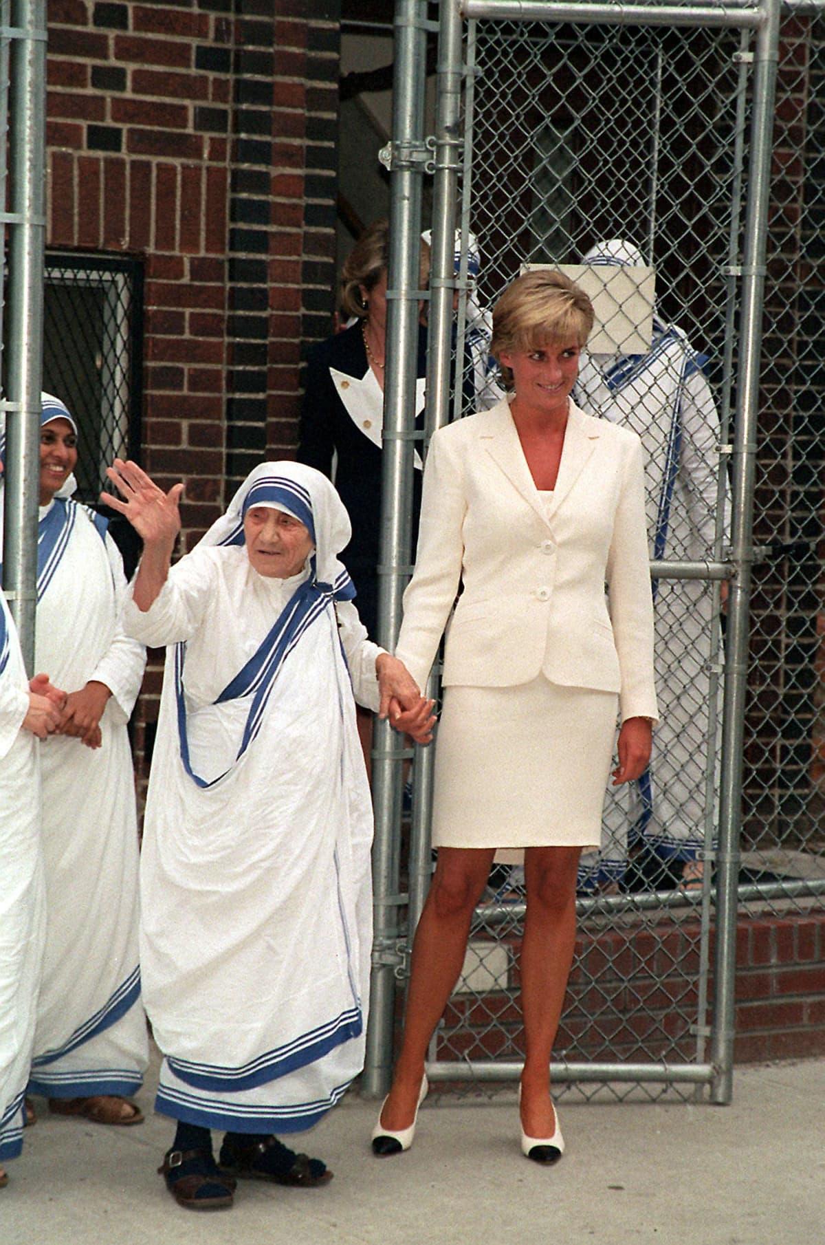 Äiti Teresa pitää Dianaa kädestä.