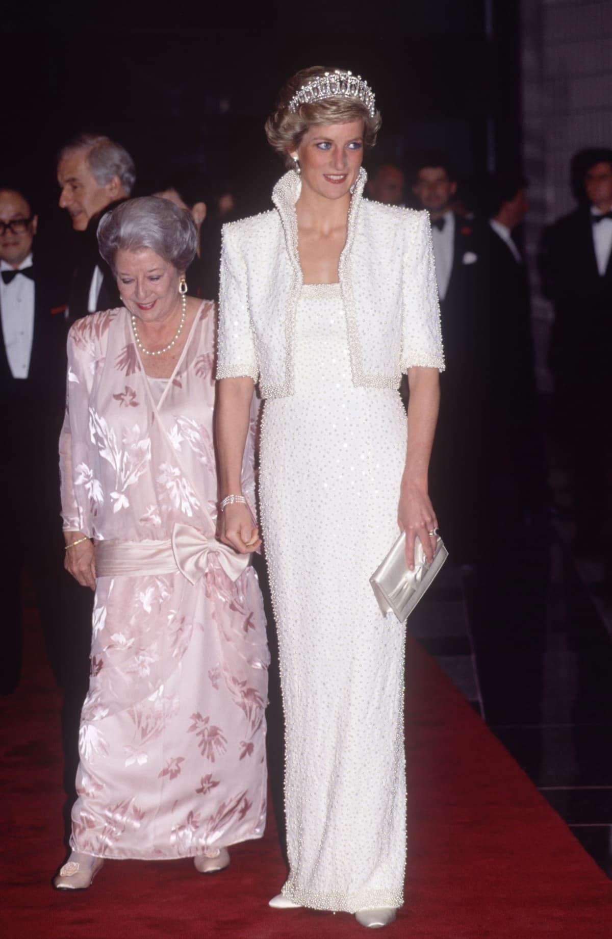 Diana valkoisessa iltapuvussa.