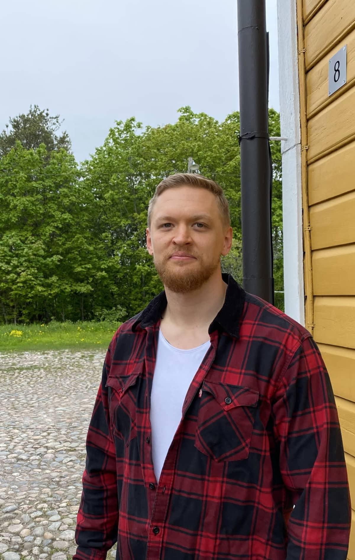 Tuomo Vento Lappeerannan linnoituksessa keltaisen talon vieressä