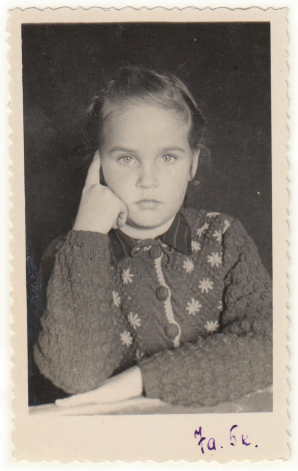 Kersti Samm seitsemänvuotiaana pakkosiirrettynä Siperiassa.