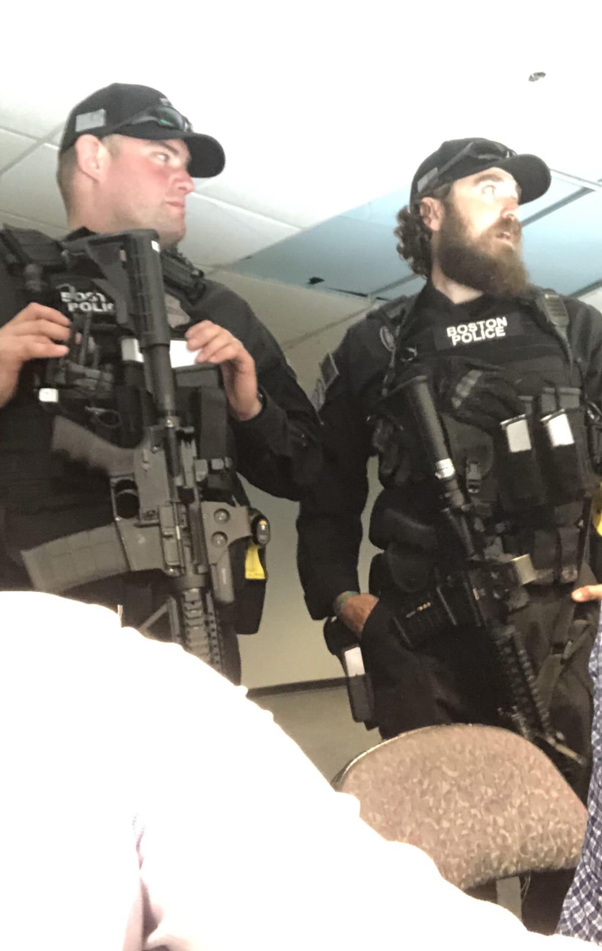 Poliisit vahdissa
