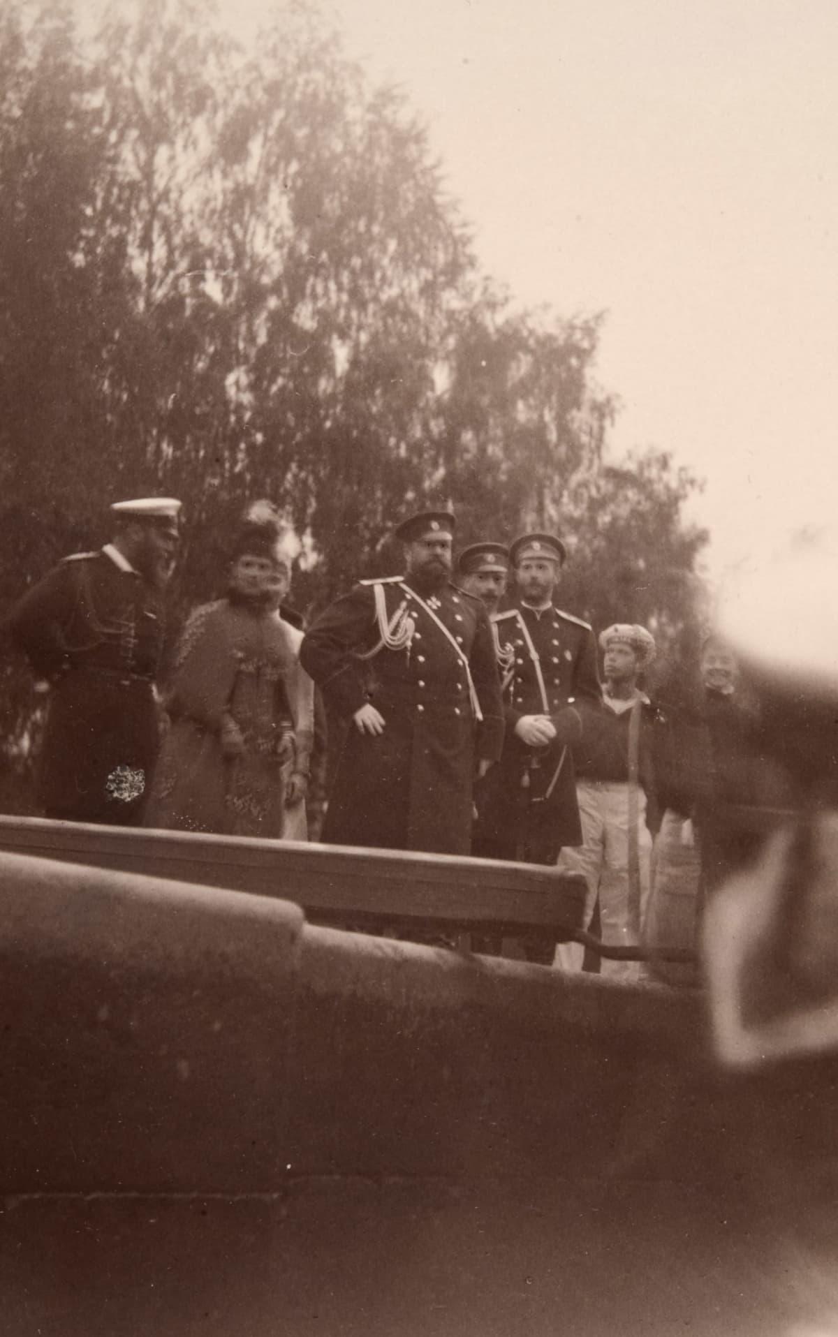 keisari Aleksanteri III ja keisarinna Maria Feodorovna kuvassa keskellä Saimaan kanavan reunalla.