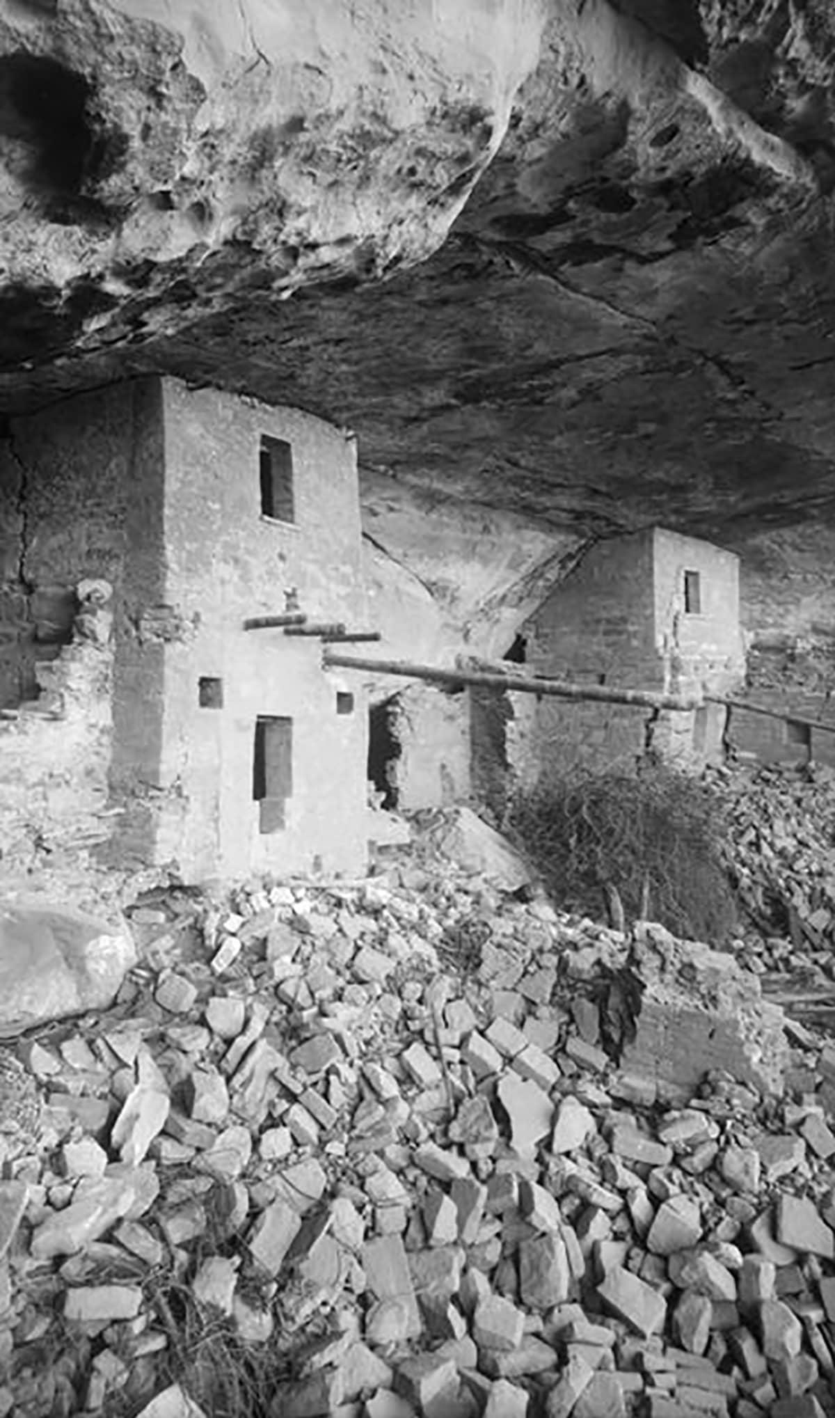 kallioon kaiverrettuja taloja