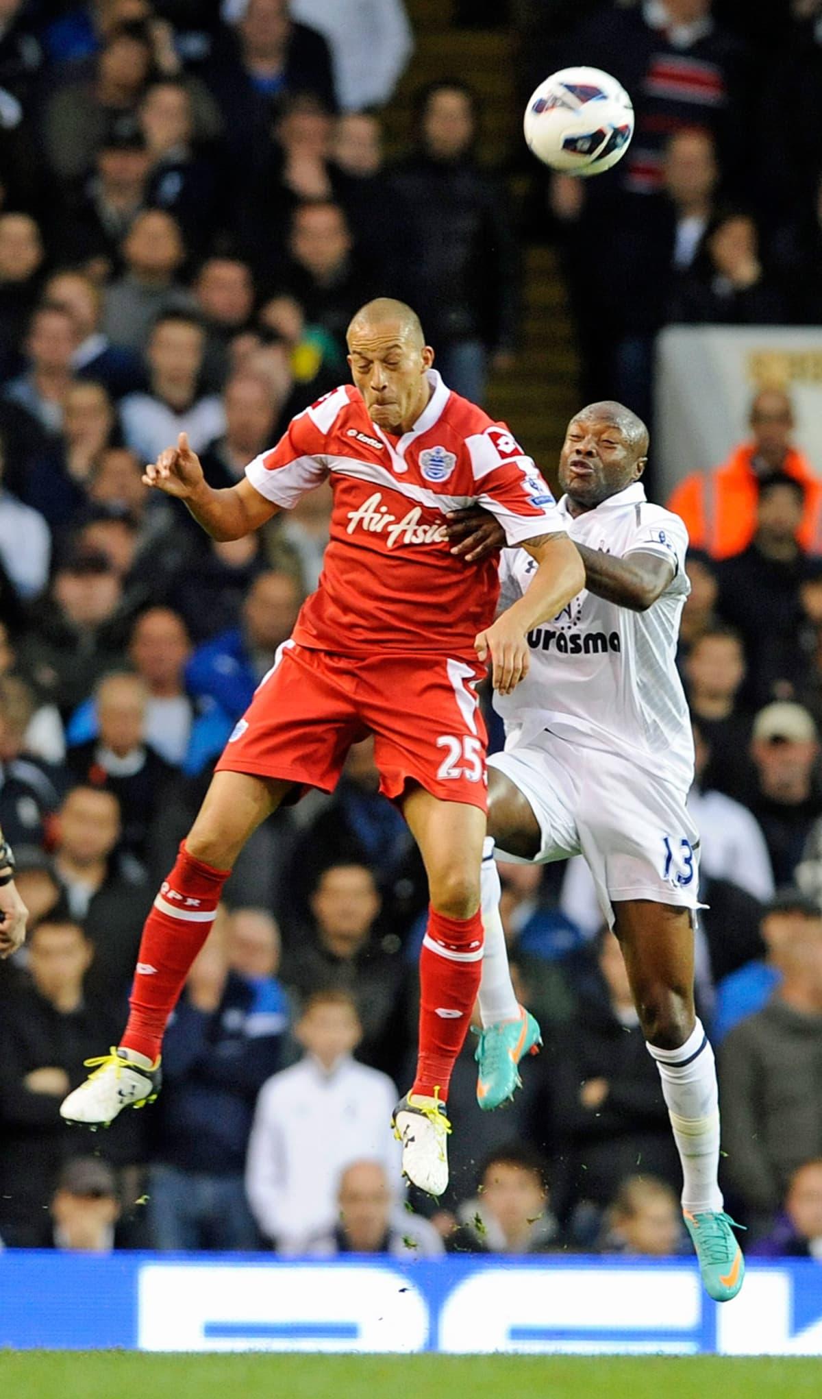 QPR:n Bobby Zamora ja Tottenhamin William Gallas kamppailevat pallosta