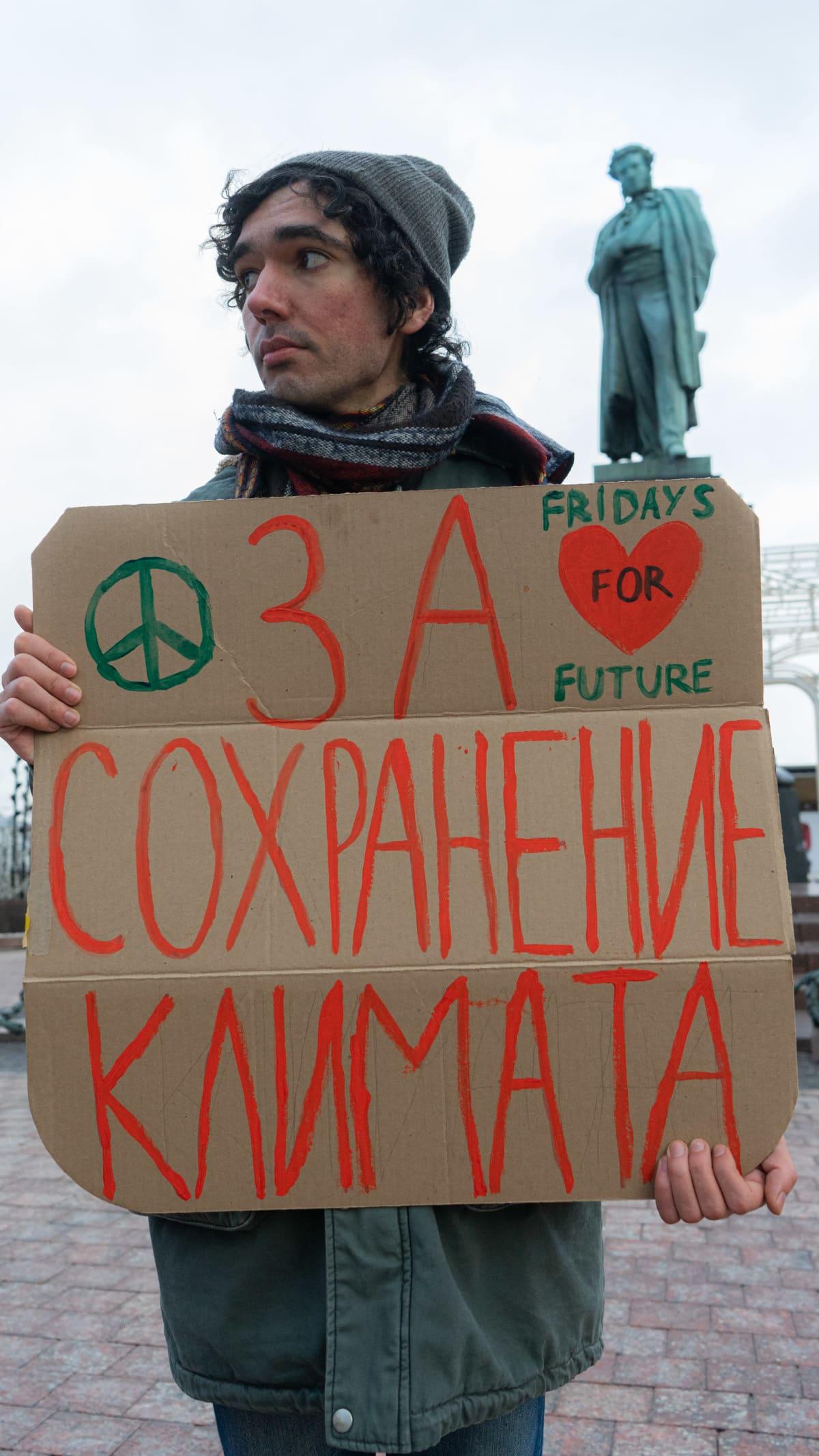 Ilmastoaktivisti seisoo moskovalaisella aukiolla.