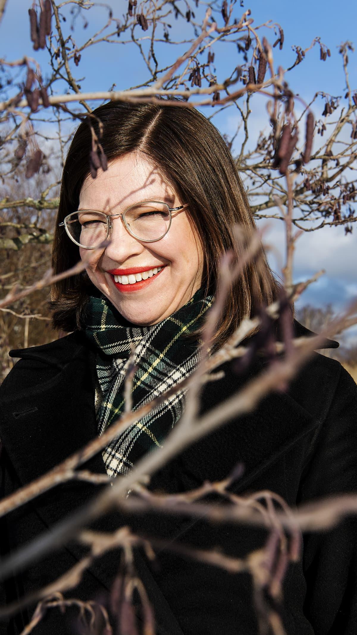 Vihreiden Anni Sinnemäki kuvattiin Lammassaareen johtavilla pitkospuilla.