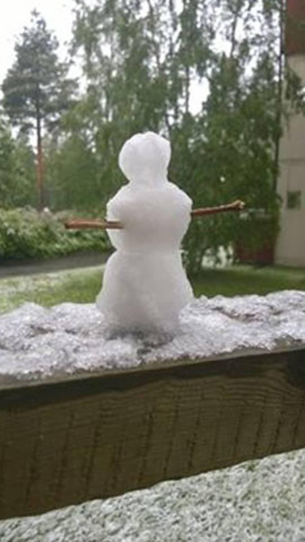 Lumiukko Oulun Mäntylässä 17.6.2014.