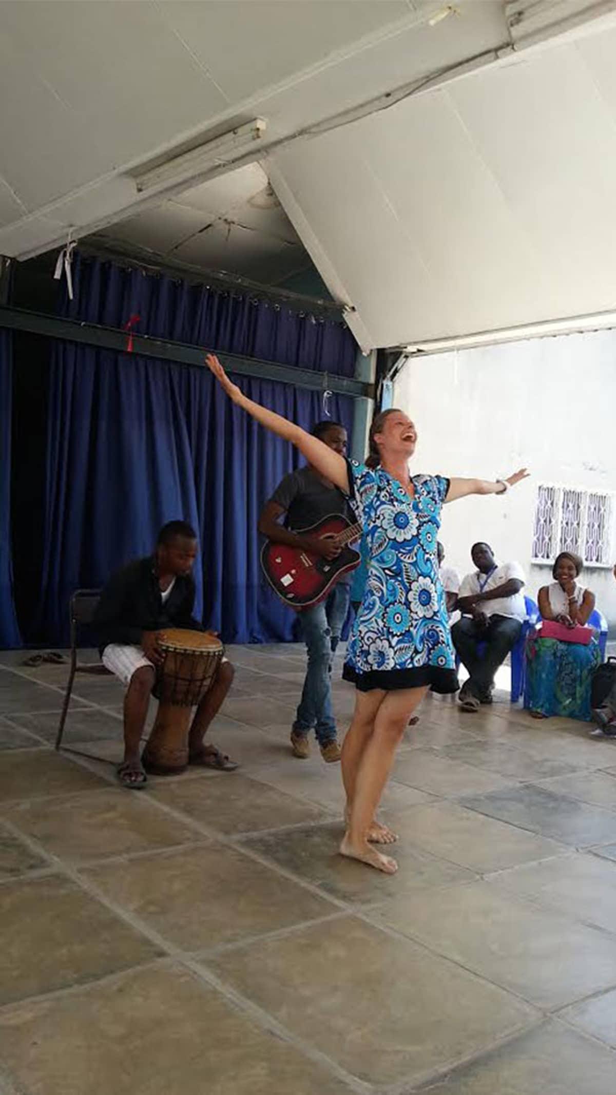 Henna Linné tanssii  Dar-es-Salaamintaideyliopistossa, taustalla rumpujensoittaja ja kitaristi.