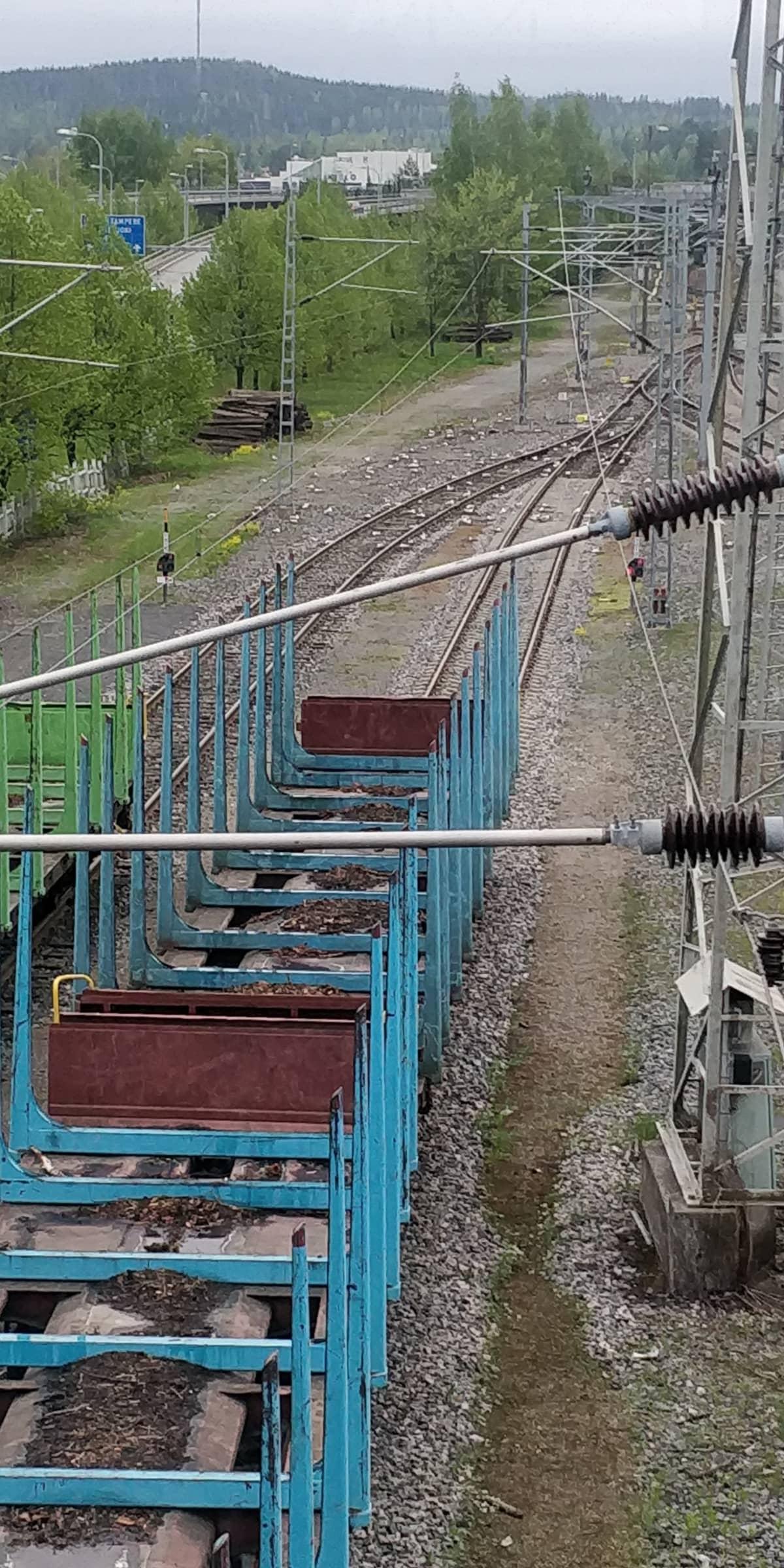 Tyhjiä junavaunuja väistöraiteella Jyväskylän ratapihalla.
