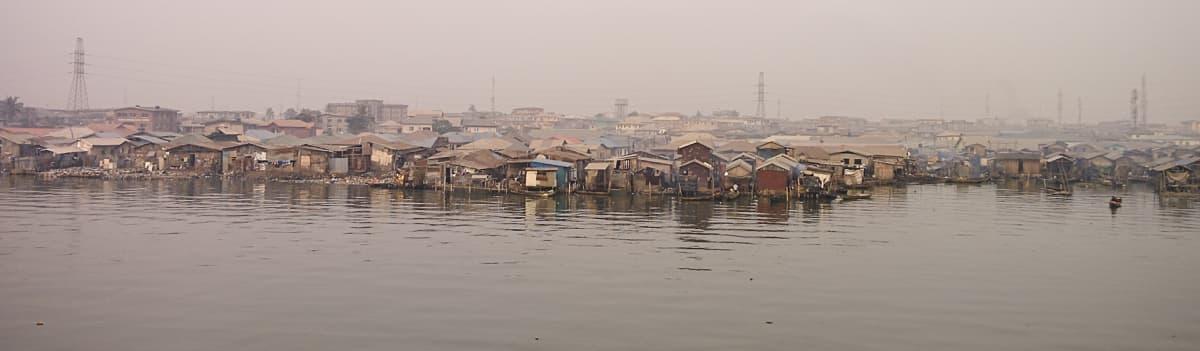 Näkymä kohti slummikaupunginosia Third Mainland-sillalta Lagosissa.