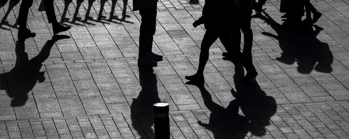 Kuvassa on ihmisten varjoja Helsingin keskustassa lokakuussa 2020.