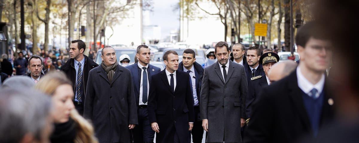 Saavuttuaan Argentiinasta G20-kokouksesta presidentti Macron suunnisti Pariisin Riemukaaren luo katsomaan Keltaliivien mellakoiden tuhoja joulukuun alussa.