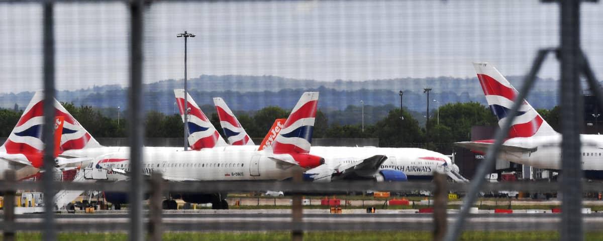 Lentokoneita Lontoon Gatwick lentokentällä.
