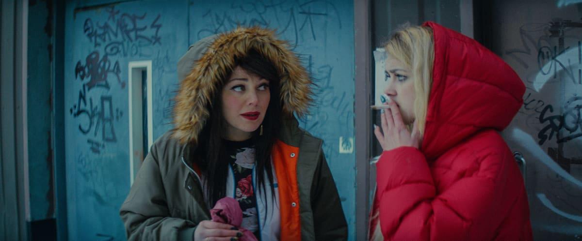 Oona Airola (vas.) näyttelee Auroran parasta kaveria Kinkya.