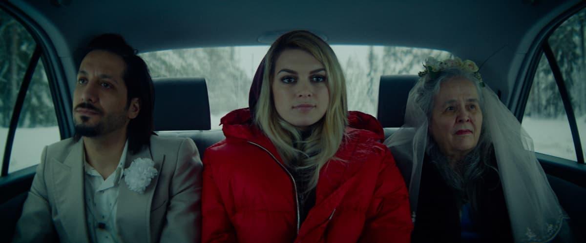 Aurora ja Darian autossa vanhan naisen kanssa.