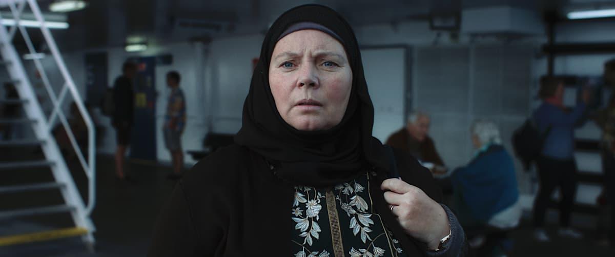 Huivipäinen musliminainen lähikuvassa.