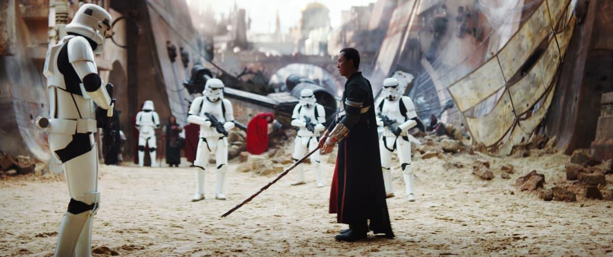 Imperiumin iskujoukot ympäröivät Chirrut Îmweä.
