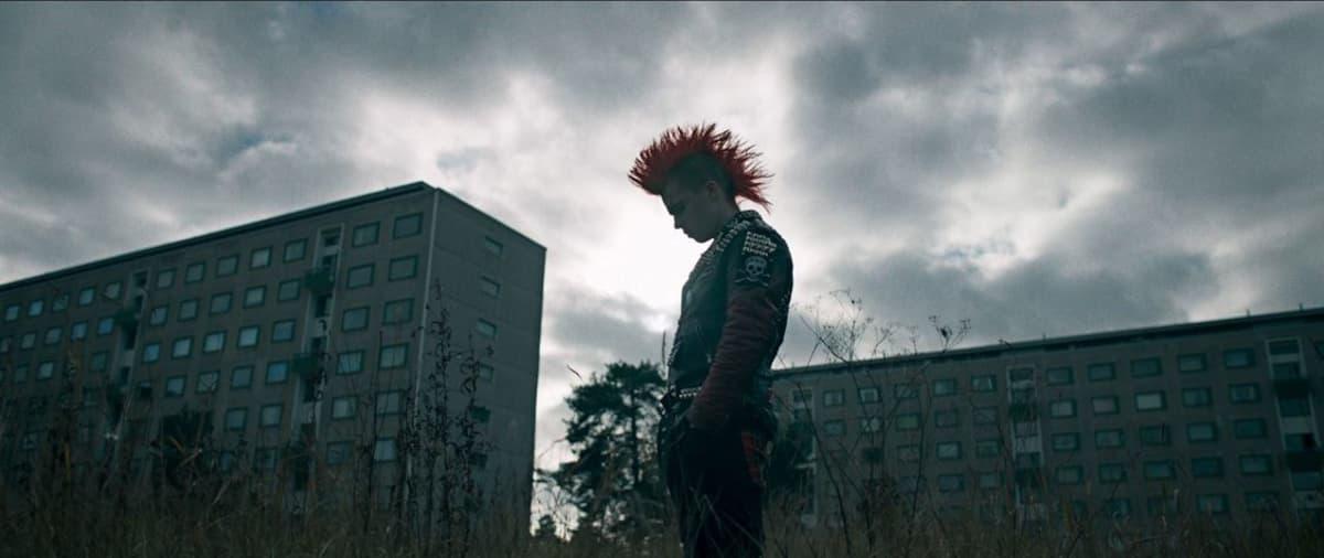 Pystytukkainen punkkari kerrostalojen edessä